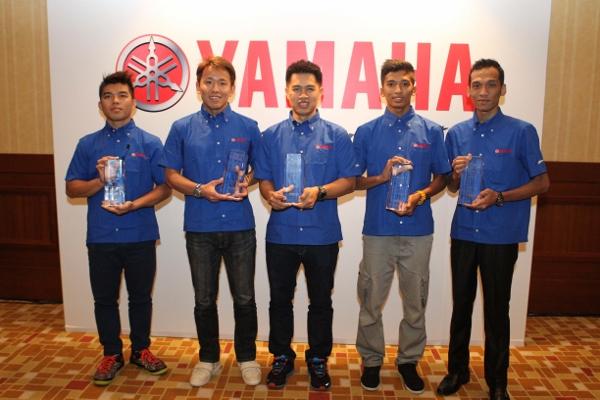 Afif Amran (dua dari kiri) bersama penerima-penerima anugerah 'Yamaha Spirit of Challenge' yang lain.