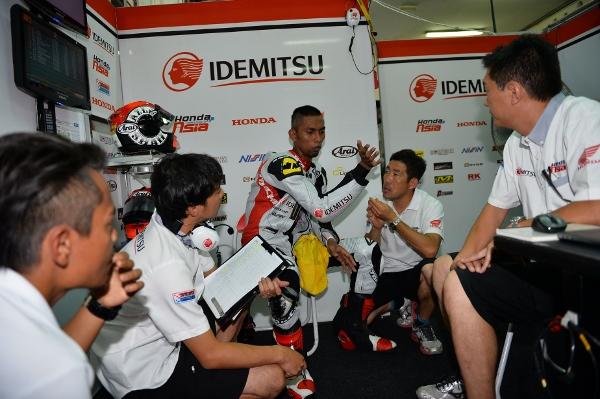 Azlan Shah membincangkan taktikal pasukan bersama jurutera Honda Asia di GP Malaysia tahun lepas.