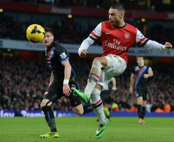 Oxlade-Chamberlain (right) lifts the ball over Palace keeper Speroni to give Arsenal the lead. The winger scored another to give the Gunners a 2-0 win. AFPpic
