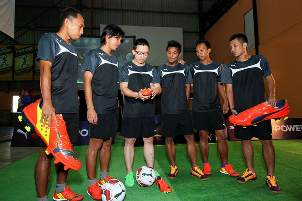 PUMA Malaysia country manager, Melvin Siew, introduces the new PUMA evoPOWER boot to the PUMA-sponsored FELDA United Football Club players.