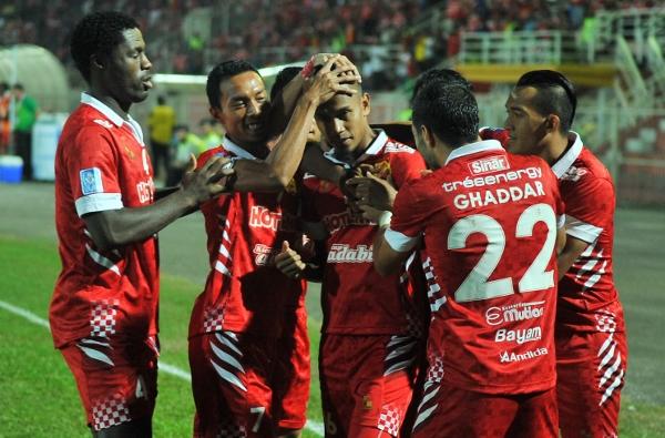 Pemain Kelantan meraikan jaringan ketua pasukan Mohd Badri Radzi (tiga dari kiri) pada perlawanan malam semalam.