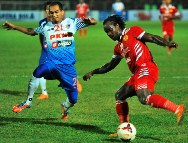 HAMSTRUNG: Doe (right) in action against today's opponents PKNS in a league match last month.