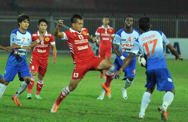 Aksi perlawanan Piala FA antara Kelantan (merah) dan PKNS.