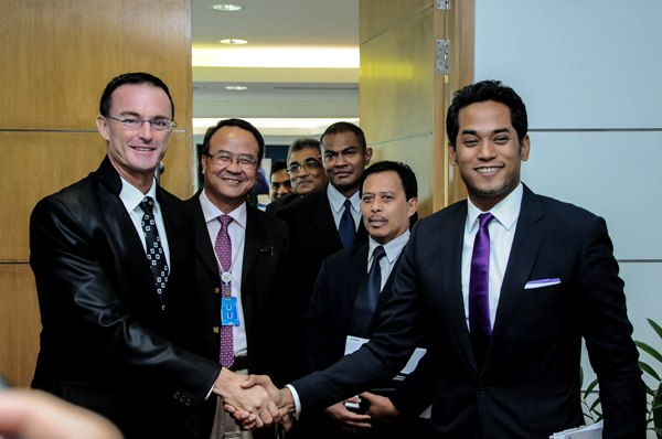 Robert Ballard (left) shaking hands with Sports Minister Khairy Jamaluddin during the press confrence.